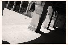 elementi del solstizio (Camillo diBì ()) Tags: piazza bn portico archi sangiovannivaldarno toscana italia solstiziodestate