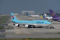 Korean Air Boeing 747-8 (kuni4400) Tags: koreanair ke kal hl7643 b748 jumbo kix rjbb aircraft airplane a7m3 sel70200g tug pushback