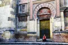 Fuori _dal_ luogo (encantadissima) Tags: cordoba andalusia spagna street mezquitadicordoba portone finestre ragazza girl red architettura