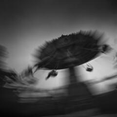 Flying chairs (Julio López Saguar) Tags: juliolópezsaguar madrid españa spain ciudad city urban urbano blancoynegro blackandwhite película film madridvidamía madridmylife parquedeatracciones amusementpark sillasvoladoras flyingchairs movimiento motion hasselblad