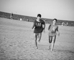 elder brother (*BegoñaCL) Tags: playa malvarrosa valencia pareja gente robado chico 2 horizonte arena mar mediterráneo agua begoñacl