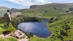Lough Caum in Glanteenassig (pepsamu) Tags: lake glanteenassig glanteenassigloop glanteenassigwood lago bosque panorama landscape ireland irlanda eire outdoor landscapephotography paisaje 2018 mountains dinglepeninsula dingle summer summertime verano sunny sun soleado glanteenassigforestpark forest park