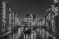 An evening in Hamburg (20) (Piotr Stachowiak) Tags: architecture bw germany hamburg le land light may mayo primavera speicherstadt springtime blackwhite city cityscape longexposure night nightscape noche reflection view water waterreflection piotrstachowiak