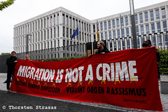 Trauerkundgebung vor dem Innenministerium in Berlin nach Suizid eines Afghanen (tsreportage) Tags: abschiebung afghanistan bmi berlin csu demonstration innenminister innenministerium kundgebung ministerforinternalaffairs sarg suizid tiergarten trauer birthdaycake coffin demo deportation nobordershorstseehofer protest rally refugees refugeeswelcome sadness suicide vigil germany de