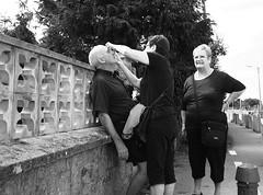 Abre los ojos (no sabemos cómo llamarnos) Tags: streetphotography street photoderue fotourbana fotocallejera calle persona people gente blancoynegro blackandwhite noiretblanc monochrome monocromático