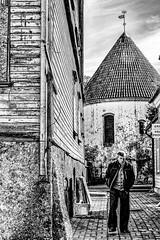Rue de Pärnu (2) (Lucille-bs) Tags: europe estonie pärnu rue homme passant architecture nb bw