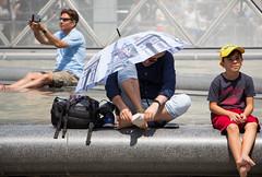 La tortue du Louvre, nouvelle oeuvre (Loanne ou Lolo) Tags: parapluie louvre fontaine paris