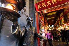 XE3F1134 - Por los alrededores de la Calle Quianmen – Walking around Qianmen Street (Enrique R G) Tags: qianmen street qianmenstreet pekín beijing china fujixe3 samyang8mm