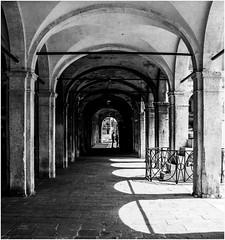 Venetian Arcades (kurtwolf303) Tags: 2018 italien stadt venedig venice venezia italy italia city arcades arkaden monochrome sw bw nikon nikond5500 kurtwolf303 people persons digitalphotography street streetphotography architecture architektur lichtschatten lightshadows gebäude building