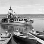 The motorboat Queen returns to Waskesiu pier from an all-day cruise to Kingsmere Portage... / Le bateau à moteur Queen retourne à la jetée de Waskesiu après une croisière d'un jour au portage Kingsmere... thumbnail