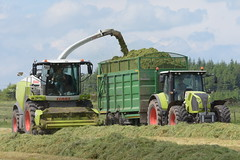 Claas Jaguar 970 SPFH filling a Broughan Engineering Mega HiSpeed Trailer drawn by a Claas Arion 640 Tractor (Shane Casey CK25) Tags: claas jaguar 970 spfh filling broughan engineering mega hispeed trailer drawn arion 640 tractor self propelled forage harvester jag traktor traktori trekker tracteur trator ciągnik silage silage18 silage2018 grass grass18 grass2018 winter feed fodder county cork ireland irish farm farmer farming agri agriculture contractor field ground soil earth cows cattle work working horse power horsepower hp pull pulling cut cutting crop lifting machine machinery nikon d7200