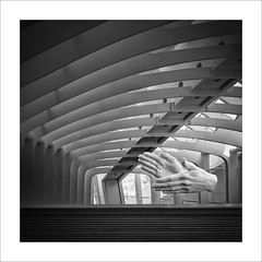 Aplaudiment / Applause. (ximo rosell) Tags: ximorosell bn blackandwhite blancoynegro bw buildings valencia calatrava ciudaddelasciencias manos hands arquitectura architecture abstract abstracció squares spain llum luz light