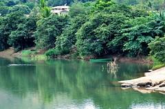 boas lembranças (Ruby Ferreira ®) Tags: boat barco river rioparaíbadosul trees árvores branches reflexo low tide reflection rio green