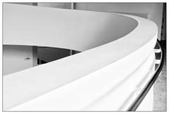 Kurve – curve (frodul) Tags: abstrakt architektur detail detailaufnahme gebäude gebäudekomplex gestaltung konstruktion innenansicht kurve sprengelmuseum hannover banister geländer bw einfarbig monochrom sw niedersachsen deutschland blackandwhite