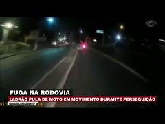 Ladrão pula de moto em movimento durante perseguição (portalminas) Tags: ladrão pula de moto em movimento durante perseguição
