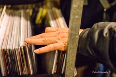 Scrolling (Robica Photography) Tags: robicaphotography streetphotography straatfotografie streetart 2018 tilburg markt avondmarkt nachtmarkt meimarkttilburg evening dim stand shop selling 2ehands rommelmarkt d3200 hand records vinyl scrolling