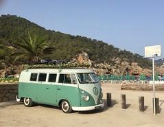 AM-61-17 Volkswagen Transporter kombi 1961 (Wouter Duijndam) Tags: am6117 volkswagen transporter kombi 1961 ibiza 2018 hippie van island bus busje happy hippy