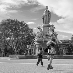Autour de la Fontaine 12 (Xtian du Gard) Tags: xtiandugard gard nîmes france esplanade fontaine enfants nb bw