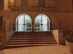 doppelt hält besser: Türen hinter Toren (zikade) Tags: schule ibla sizilien ragusa tor türen tore gitter doppelt vergittert