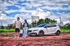 賽車手跟籃球員都是從小培養 (M.K. Design) Tags: taiwan family volvo moment life travel school basketball field v40 v40crosscountry v40cc crossover modified hatchback kw apracing stance erst thule baby girl court madebysweden hdr nikon sigma bokeh primelens 50mm f14 scenery 台灣 親子 家庭 旅行 生活 富豪 瑞典國寶 掀背車 改裝 籃球場 自然 children 學校 尼康 適馬 定焦鏡 大光圈 淺景深 散景