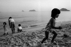 sea 361 (soyokazeojisan) Tags: japan bw sea children walk blackandwhite monochrome water analog olympus m1 om1 28mm trix d76 film kodak memories 昭和 1970s 1973