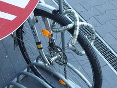 Die 8 (mkorsakov) Tags: dortmund fahrrad bike bicycle fahrradständer bikerack schloss lock 8 schnellspanner quickclamp wtf