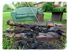 Le barbecue de Raskolnikov (Jean-Luc Léopoldi) Tags: feu barbecue canapé sofa jardin hache