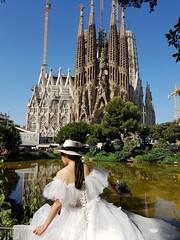 La sposa sagrada (roberto_il_pisano) Tags: sposa wedding woman spain spagna barcelona sagradafamilia barcellona gaudì monumento