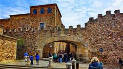 Arco de la Estrella (juanmzgz) Tags: cáceres extremadura españa ciudadmonumental puertadelaestrella arco muralla almenas