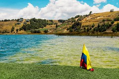 Lago de Tota (Stefania Avila) Tags: lake tota colombia nature landscape naturaleza rocks trees mountains bote paisaje hierba cielo bosque roca agua flag