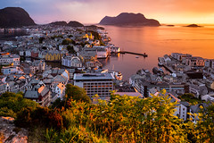 Ålesund sunset @ Norway 2018 (zilverbat.) Tags: noorwegen norwegian norge europe zilverbat cityscape longexposure canon nature sunset image hiking hike wallpaper world timelife town waterfront natuurlijklicht availablelight outdoor ngc sunlight ålesund norway 2018 lake harbor haven trip pin route sun scandinavië