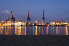 Ein Sommerabend am Strand (Lilongwe2007) Tags: hamburg deutschland neumühlen elbstrand oevelgönne containerbrücken industrie hafen schiffe containerschiffe elbe fluss wasser strand spiegelung
