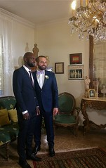 Philippe avec un ami • Au mariage de Philippe (Gilbert-Noël Sfeir Mont-Liban) Tags: christiansoftheworld christiansinthisworld mariage wedding marriage noces cousins famille family parents relatives amis friends salon lustre chandelier fauteuil hommes men males youngmen liban lebanon
