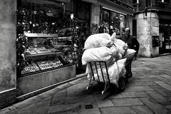 Venise - Paquets de linge sale d'un hôtel. Direction la laverie. (Gilles Daligand) Tags: venise rue paquets linge hôtel lavage laverie