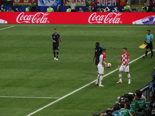 Ivan Perisic hands the ball to Sime Vrsaljko to take a throw-in, with Lucas Hernandez and Blaise Matuidi lurking