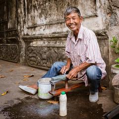 Sharpest guy in Bangkok (Goran Bangkok) Tags: klongsan knifesharpener worker man bangkok thailand local community knife smiling smile streetphotography street streetphoto