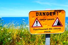 Danger! (Mélanie.B.) Tags: mer océan jaune fleur france normandie dieppe nikon d3300 tourisme bleu danger warning