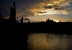 La nit sobre el Vltava / Night setting on the Vltava (SBA73) Tags: praga prague praha prag czechrepublic czechia českárepublika tschechien 布拉格 プラハ charlesbridge pontdecarles karluv most hradcany castle castell castillo catedral cathedral chram stvitus pražskýhrad pont puente ponte bridge brucke charles carles carlos karluvmost dusk nit noche night nacht nuvols nubes clouds reflex reflejo moldau vltava riu river