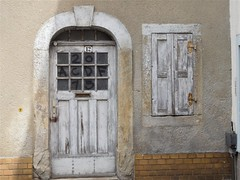 chalking of the door (kenjet) Tags: pegau town city saxony deutchland deutschland nr number street door window building architecture chalkingofthedoor