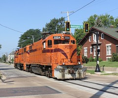 South Shore Freight / West Down 11th St. (codeeightythree) Tags: css csssb southshorefreight southshorerailroad southshore shortlinerailroad streetrunning michigancityindiana michigancity indiana railroad railroading freight transportation liteenginemove intersection citystreet gp382 geep standardcab locomotive locomotives catenary streetleaks