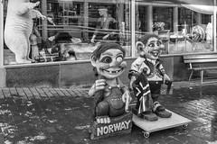 Trolls (José M. Arboleda) Tags: blancoynegro monocromático ciudad calle muñeco troll turismo nieve ventana frío ártico tromsø noruega eos markiv josémarboledac ef1635mmf4lisusm canon 5d