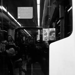 Un paseo en el metro VIII (Juan J. Márquez (de vuelta a la batalla)) Tags: granada andalucia españa metro transporte blancoynegro viajeros viaje urbe urbano metroligero tranvia tren vehiculo pasajeros vias ventanas asientos trenes estaciones bancon piernas ancianos reflejo sonrisa
