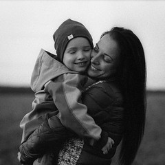 Happiness exists (Dmitriy Ryabov) Tags: canoneos1v canon1v canon dmitriyryabov canonef85mmf12liiusm 85 bw monochrome blackandwhite photo photography film analog portrait woman girl child mother happiness