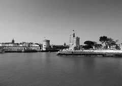 Une nouvelle ville pour une nouvelle vie !!! (François Tomasi) Tags: tours blackandwhite noiretblanc larochelle villedelarochelle sudouest charentemaritime france europe french atlantique justedutalent françoistomasi tomasiphotography vue travel tourisme patrimoinedefrance pointdevue pointofview pov digital numérique lights light lumière iso yahoo google flickr reflex nikon boats boat bateaux bateau océan mer sea eau water old ancien arbres arbre trees tree city ville juin 2018 architecture borddemer photo photographie photography photoshop filtre