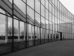 Säulenecho ... (Klaus Wessel) Tags: olympus em10 omd 1240mm hannover expo säulen glas spiegel fenster ferrari