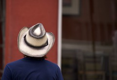 Lonesome Cowboy (AlainC3) Tags: homme man cowboy hat dallas texas red rouge blanc white fliu blur people nikond7500