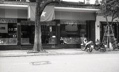a woman and her shoes (elffyb) Tags: elffyb voigtlander bessa bessar3a nokton nokton40 nokton40mm kodak kodakportra400 portra400 film analog streetphotography sailorstrap vietnam hanoi oldquarter