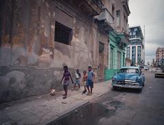 Streets of Havana - Cuba (IV2K) Tags: mamiya mamiya7ii mamiya7 film analogue 120film kodak kodakfilm kodakportra kodakportra400 portra portra400 cuba cuban cubano kuba havana habana lahabana centrohavana habanavieja castro fidelcastro hiphavana ishootfilm istillshootfilm