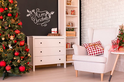 Living room decorated for Christmas - Credit to https://www.lyncconf.com/