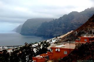 Falaises de Los Gigantes , Iles Canaries   tenerife . Village construit sur une coulée de lave .